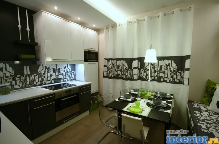 Дизайн кухни с черным холодильником